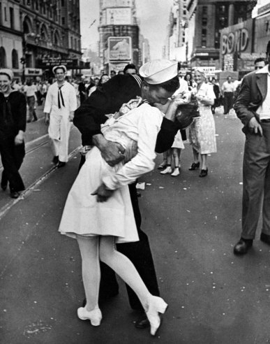 VJ Day Kiss in Times Square (1945).