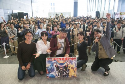 The light novel author, the voice cast and fans gather for a group photo.