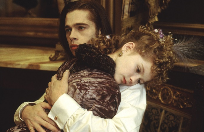 Louis (Brad Pitt) and Claudia (Kirsten Dunst) share an embrace.